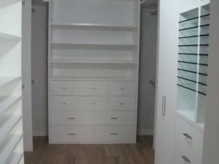 Closets de Madera,  Acabados finos y Elegantes :  de estilo  por Maderaje Arquitectónico, S. A. de C.V.,