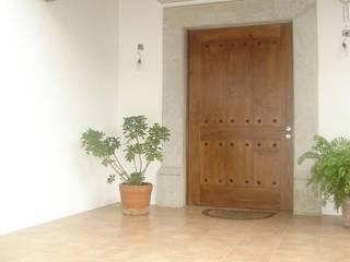 Puertas y Ventanas. de Maderaje Arquitectónico, S. A. de C.V. Moderno