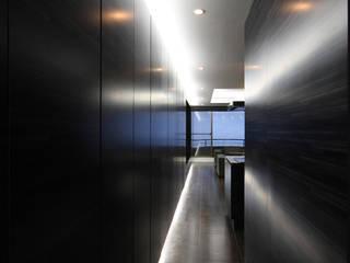熱海のヴィラ|別荘、デザインリノベーションの建築家・設計事務所|TAPO富岡建築計画事務所 モダンデザインの ダイニング の TAPO 富岡建築計画事務所 モダン