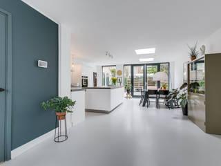 Interieurfotografie eengezinswoning Moderne woonkamers van Esther Scherpenzeel Fotografie Modern