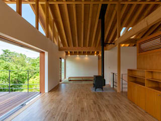 小布施雁田の家: 伊東亮一建築設計事務所が手掛けたリビングです。,