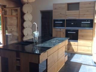 HENCHE Massivholzküche in einem Holzhaus:  Einbauküche von HENCHE Möbelwerkstätte