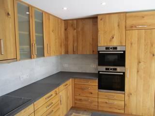 raumhohe HENCHE Holzküche in Eiche Wildholz, geölt:  Einbauküche von HENCHE Möbelwerkstätte