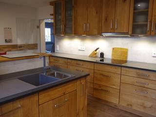 HENCHE Holzküche mit Insel in Eiche Wildholz:  Einbauküche von HENCHE Möbelwerkstätte