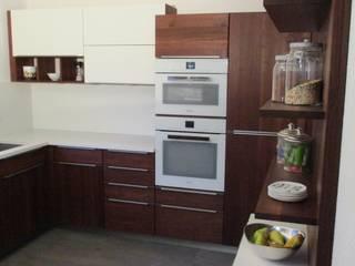 HENCHE Massivholzküche in Akazie:  Einbauküche von HENCHE Möbelwerkstätte