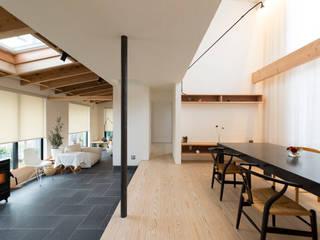 通り土間の家: まんなみ設計室が手掛けたリビングです。,