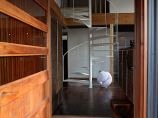 Corridor & hallway by 株式会社高野設計工房,