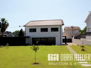 Remodelação &  recuperação de habitação em  Guimarães: Moradias  por OBRA ATELIER - Arquitetura & Interiores