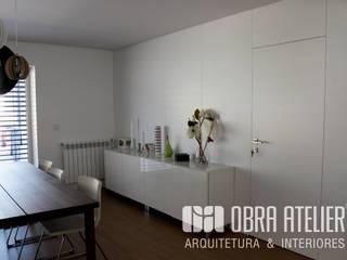 Remodelação &  recuperação de habitação em  Guimarães: Salas de jantar  por OBRA ATELIER - Arquitetura & Interiores