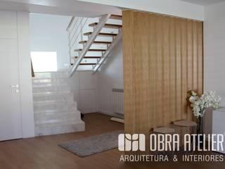 Remodelação &  recuperação de habitação em  Guimarães: Corredores e halls de entrada  por OBRA ATELIER - Arquitetura & Interiores