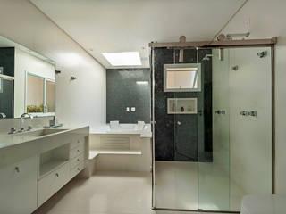 Amplitude : Banheiros  por Adriana Canova Arquitetura
