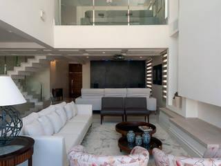 Amplitude : Salas de estar  por Adriana Canova Arquitetura