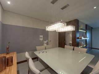 Sofisticação: Salas de jantar  por Adriana Canova Arquitetura