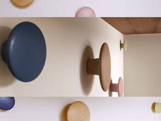 玄關上的實木染色的大小掛勾,添增活潑感 Scandinavian style corridor, hallway& stairs by 大觀創境空間設計事務所 Scandinavian