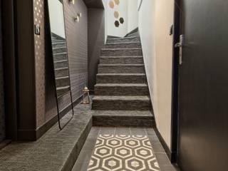 Entrée rétro graphique en noir et blanc: Couloir et hall d'entrée de style  par ATDECO