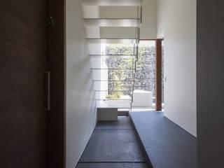 高砂の家: NOMA/桑原淳司建築設計事務所が手掛けた廊下 & 玄関です。,