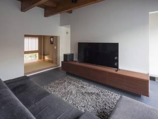 高砂の家: NOMA/桑原淳司建築設計事務所が手掛けたリビングです。,