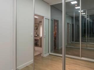 Suite da Princesa Moderna Closets por Erlon Tessari Arquitetura e Design de Interiores Moderno