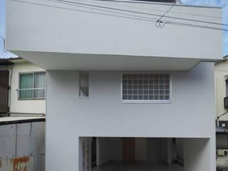 アトリエ スピノザ Casas modernas Branco