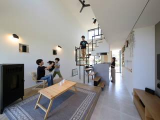 2層分の吹き抜けで広々リビング モダンデザインの リビング の 株式会社建築工房DADA モダン