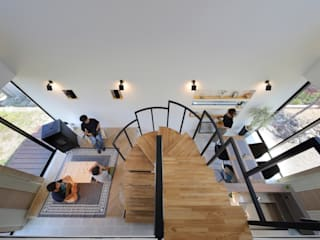 吹き抜けの中央に螺旋階段 の 株式会社建築工房DADA モダン