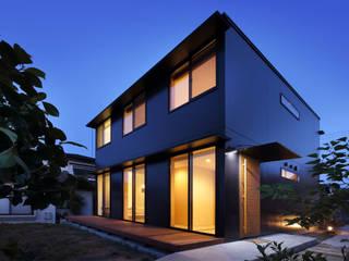 真四角な外観に規則的な窓でコストダウン: 株式会社建築工房DADAが手掛けた家です。,