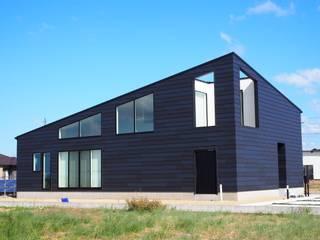 大屋根の家: RAI一級建築士事務所が手掛けた木造住宅です。