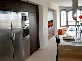 Diseño de cocina nueva en una villa de Sotogrande por Qum estudio: Cocinas integrales de estilo  de Qum estudio
