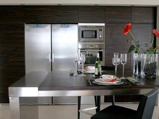 Diseño de cocina nueva en una villa de Sotogrande por Qum estudio: Módulos de cocina de estilo  de Qum estudio