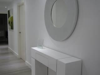 Entrada y pasillo del piso: Pasillos y vestíbulos de estilo  de Qum estudio