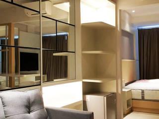 Area Ruang Tamu (Mirror Walltreatment & Shelves Cabinet):  Ruang Keluarga by Likha Interior