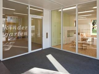Kindergarten & Krabbelstube in Linz, Wallenbergstrasse:  Flur & Diele von lobmaier architekten zt gmbh