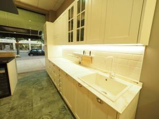 SHOWROOM CEMAR: Cocina de estilo  de Interiorismo Cemar Constructores en Alicante