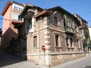 Rehabilitacion de casa en Comillas: Puertas correderas de estilo  de HIGUERA ARQUITECTOS