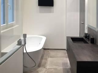 Appartement Paris 16è: Salle de bains de style  par ATELIER FLORENT - Architectes d'Intérieur Paris, Minimaliste
