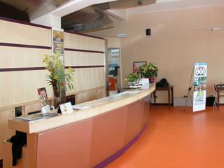 Recupero edificio ex industriale per realizzazione di centro sportivo polifunzionale e centro benessere: Bar & Club in stile  di Studio Architetto Alessandro Barciulli, Industrial