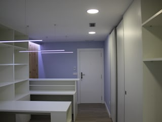 Reforma Oficina, colores y mobiliario.: Oficinas y Tiendas de estilo  de Estudo de Arquitectura Denís Gándara