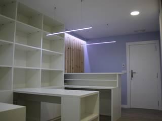 Reforma Oficina: Oficinas y Tiendas de estilo  de Estudo de Arquitectura Denís Gándara