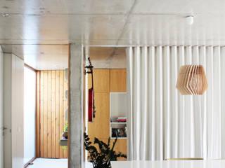 Qiarq . arquitectura+design Ruang Makan Minimalis Beton Grey