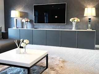 Casa Cinza super moderna: Eletrônicos  por AL Interiores