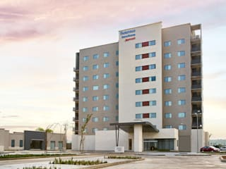 Marriott Fairfield Inn and Suites Aguascalientes: Hoteles de estilo  por ARCO Arquitectura Contemporánea