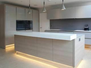 fabricación de cocinas, baños, closets para departamentos Cocinas modernas de CRAT Moderno