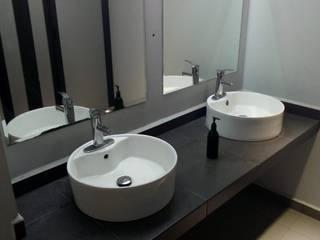 fabricación de cocinas, baños, closets para departamentos Baños modernos de CRAT Moderno