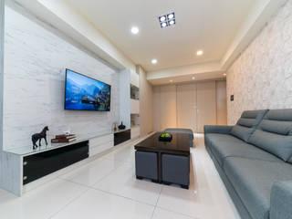 系統大理石電視牆面與現在風格電視櫃:  客廳 by 藏私系統傢俱