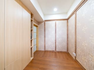日式風格壁紙搭配木紋飾板牆面:  臥室 by 藏私系統傢俱