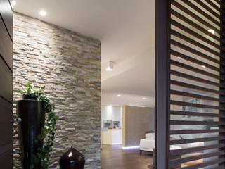 ห้องโถงทางเดินและบันไดสมัยใหม่ โดย Sammarro Architecture Studio โมเดิร์น