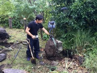 施工中 石移動中: 庭や煌久が手掛けたです。