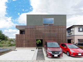 木ルーバーと箱型の外観: 株式会社建築工房DADAが手掛けた木造住宅です。