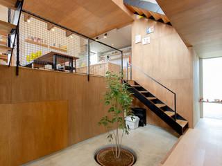 スキップフロアの中央に土間ホール: 株式会社建築工房DADAが手掛けた階段です。,