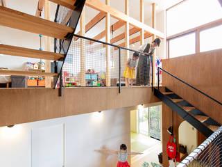 スキップフロアでオープンな子供部屋: 株式会社建築工房DADAが手掛けた子供部屋です。